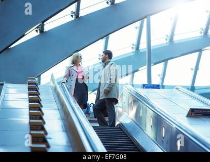 Geschäft Leute Reiten Rolltreppe - Stockfoto