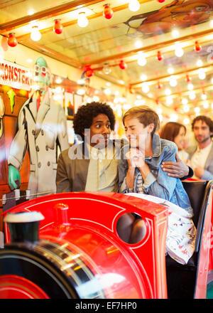 Mann umfassenden Angst Freundin auf Geisterbahn - Stockfoto