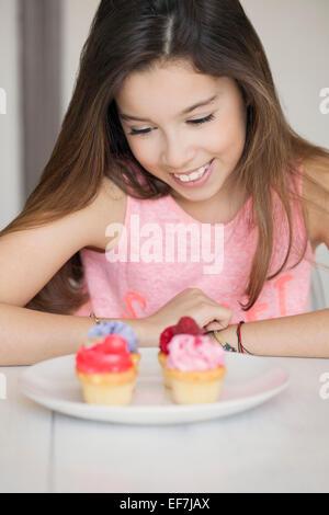 Glückliches Mädchen mit cupcakes - Stockfoto