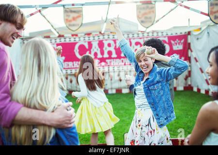 Stets gut gelaunte Frau feiert Sieg in Spiel im Vergnügungspark - Stockfoto