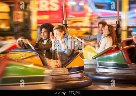 Gruppe von Freunden, die Spaß am Autoscooter Fahrt im Vergnügungspark - Stockfoto