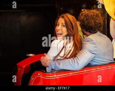 Mann umarmt Angst Freundin beim gehen in Tunnel Geisterbahn - Stockfoto