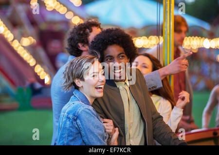 Junge Rassen Paare, die Spaß im Freizeitpark - Stockfoto
