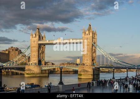 Tower Bridge bei Sonnenuntergang im Herbst, London, Vereinigtes Königreich - Stockfoto