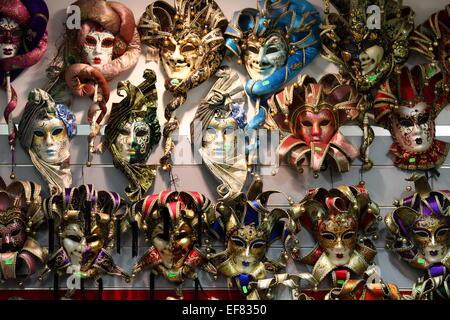 Reihen von venezianischen Karnevalsmasken - Stockfoto