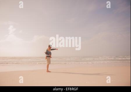 Vater und Sohn am Strand - Stockfoto