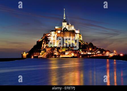 Frankreich, Normandie: Le Mont Saint Michel nachts beleuchtet - Stockfoto