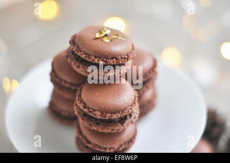 Stapel von Schokoladen-Makronen auf weißen Teller - Stockfoto