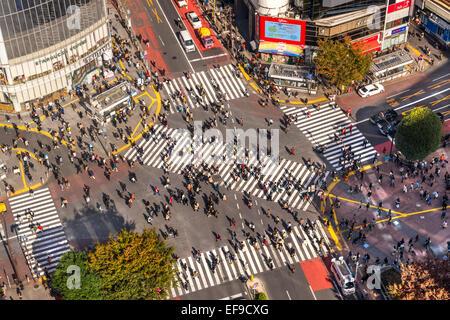 Tokio - NOVEMBER 15: Shibuya Kreuzung 12. November 2014 in Tokio, Japan. Die Überfahrt ist eines der weltweit bekanntesten - Stockfoto