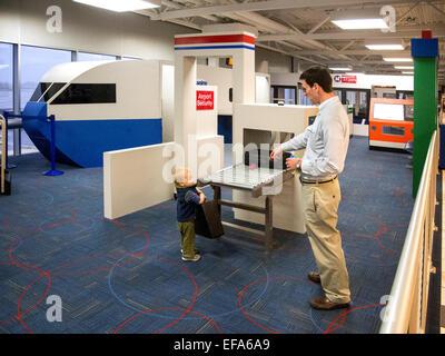 Einem Vater und seinem kleinen Sohn spielen bei 1.500-Quadratfuß Lambert-St. Louis Airport 'Play Port' wo Kinder - Stockfoto