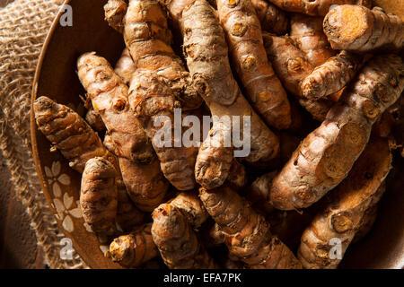 Rohe Bio Kurkuma Gewürz in eine Schüssel geben - Stockfoto