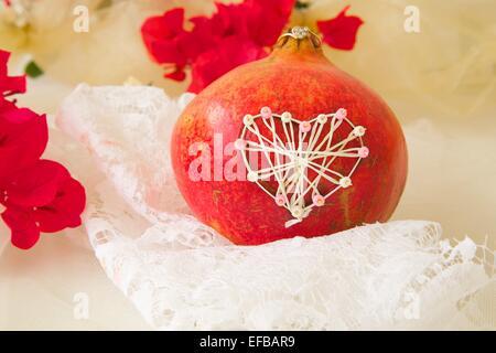 Granatapfel mit handgefertigten Herz - Stockfoto