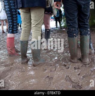 28. Juni 2014. Menschen verhandeln den Schlamm am zweiten Tag des Festivals. - Stockfoto