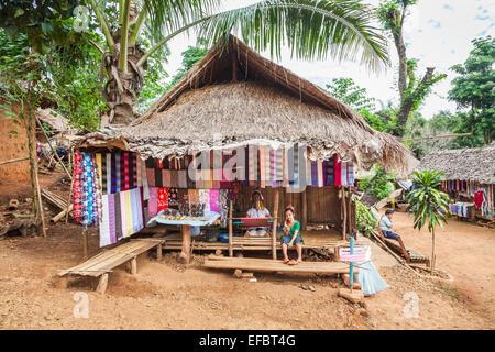 Textile Souvenirshop Stall laufen von burmesischen Langhals Frau Karen Padong Dorf, Chiang Rai, Thailand, mit ihrer - Stockfoto