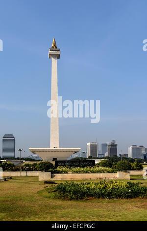 Das Nationaldenkmal (Monumen Nasional oder Monas) ist ein 132 m (433ft)-Turm in der Mitte der Merdeka Square. - Stockfoto
