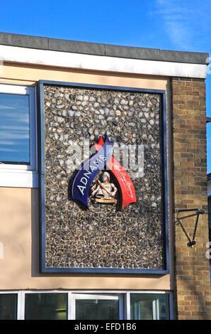 Ein Zeichen außerhalb eines Gebäudes erkennen Adnams alleinige Bucht Brauerei in Southwold, England, Vereinigtes - Stockfoto