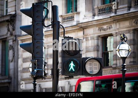 Ampeln für Fußgängerüberweg zeigt grün - Stockfoto