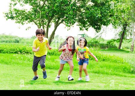 3 indische Kinder Freunde Park laufen - Stockfoto