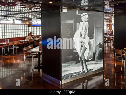 Leute sitzen im Café dekoriert mit Marilyn Monroe-Foto aus dem Film Seven Year Itch an Bord Irish Fähre, UK - Stockfoto