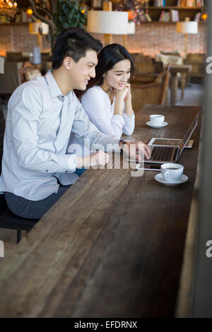 Junger Mann und Frau mit Laptop im café - Stockfoto