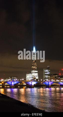 Ein Blick vom Nordufer der Themse mit Blick auf Southwick-Brücke und die Scherbe mit Laser zeigt zum Himmel Nacht Stockfoto
