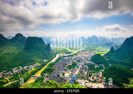 Karst Gebirgslandschaft auf dem Li-Fluss im ländlichen Guilin, Guangxi, China. - Stockfoto