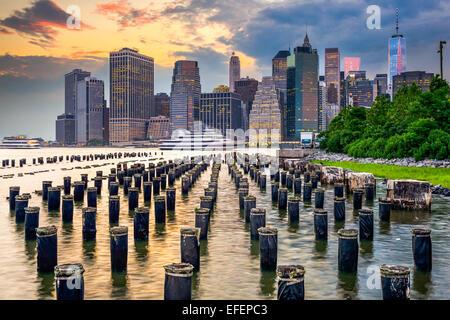 Skyline von New York City, USA am East River. Stockfoto