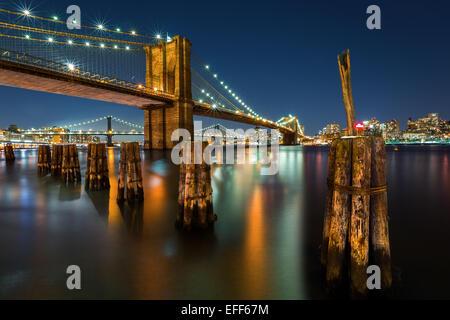 Brooklyn Bridge bei Nacht beleuchtet, von der Manhattan-Seite aus gesehen. - Stockfoto