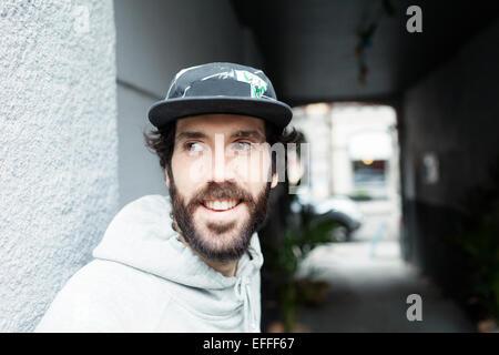 Lächelnd Mitte erwachsenen Mann wegsehen im freien - Stockfoto