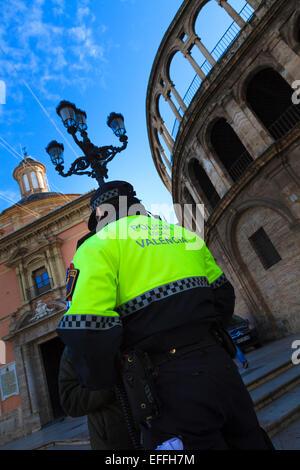 Blick auf eine lokale Policia und Polizist in Valencia zurück - Stockfoto