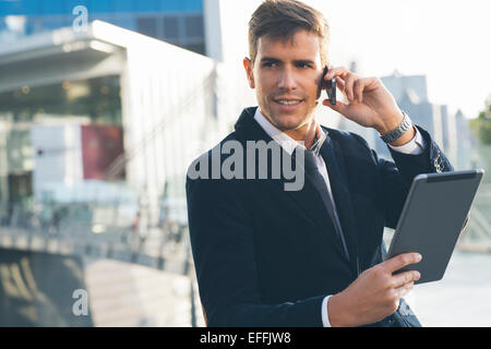 Geschäftsmann mit einem Mobiltelefon und einem digital-Tablette - Stockfoto