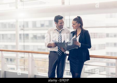 Business-Leute zu treffen und Ideen austauschen - Stockfoto