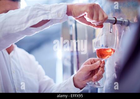 Winzer Wein aus Tank klopfen - Stockfoto