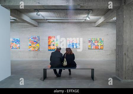 Paar genießen eine Kunst Ausstellung im listasafn Museum in Reykjavik, Island - Stockfoto