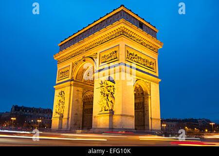 Der Triumphbogen (Arc de Triomphe) am Place Charles de Gaulle in Paris, Frankreich. - Stockfoto