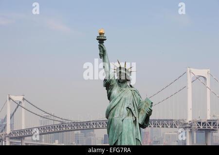 Replikat Freiheitsstatue und Regenbogen-Brücke, Odaiba, Tokyo, Japan - Stockfoto