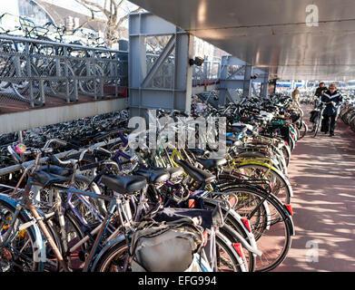 Mehrstöckige Fahrrad-Parkhaus in der Nähe von Hauptbahnhof Amsterdam, Niederlande - Stockfoto