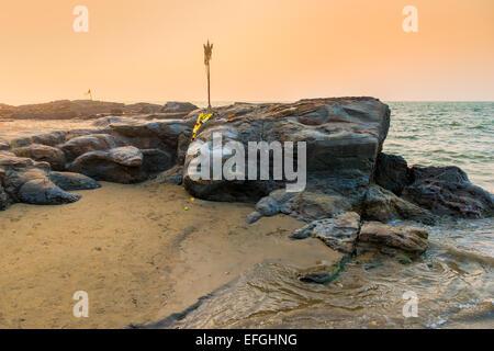 Shivas Gesicht in den Felsen am Strand von Goa