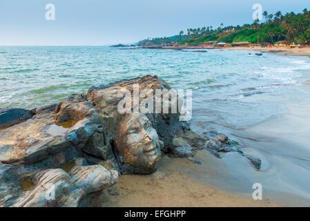 Skulptur steht vor dem indischen Gott Shiva