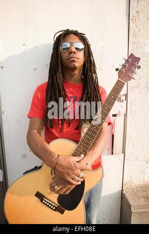 Porträt einer Straße Straßenmusiker halten seine Gitarre - Stockfoto