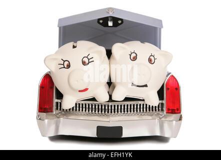 zwei Sparschweine in Auto-Boot-Ausschnitt - Stockfoto