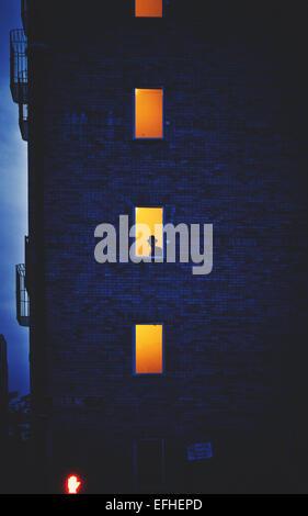 Eine Silhouette eines chassidischen Juden in einem Gebäude in Williamsburg / New York.