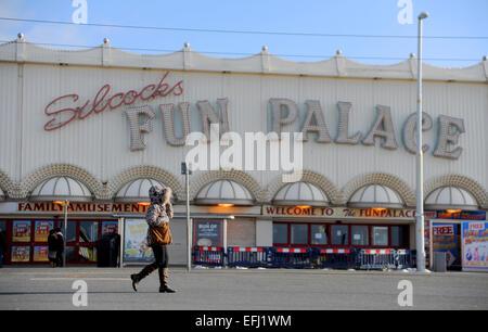 Blackpool Lancashire UK - Frau geht vorbei an der verlassenen Silcocks Fun Palace am kalten Wintertag Januar 2015 - Stockfoto