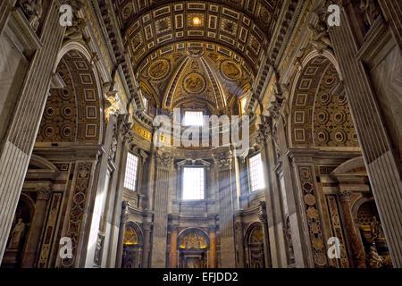 Rom, Italien - 12. Januar 2016: Im Inneren der Petersdom (San Pietro). - Stockfoto
