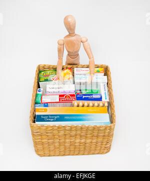 Attrappe eines Künstlers und einen Korb mit Vitaminen, Heilmittel und Medizin. - Stockfoto