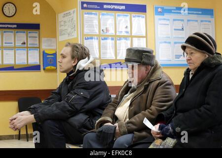Moskau, Russland. 5. Februar 2015. Ein junger Mann und Rentner, die in einem Büro der Pensionskasse Russlands in - Stockfoto