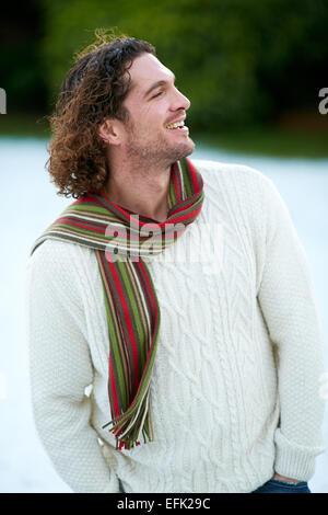 Mann zu Fuß draußen im Schnee - Stockfoto