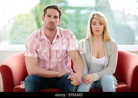 Paar saßen zusammen auf sofa - Stockfoto