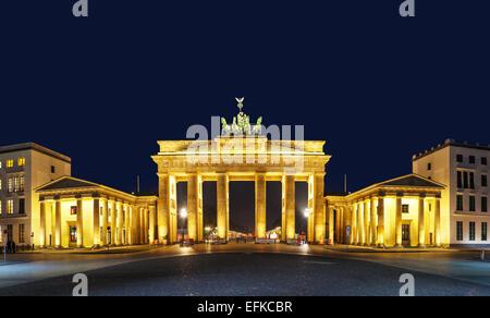 Panoramablick über Brandenburger Tor (Brandenburger Tor) in Berlin, Deutschland in der Nacht - Stockfoto