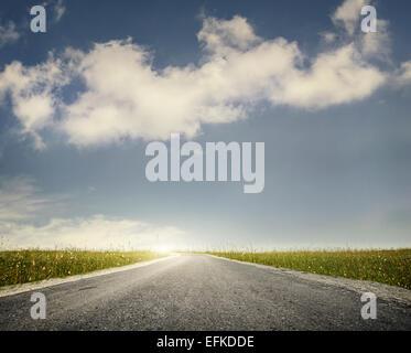 Breite Straße und grünen Wiese am bewölkten Himmelshintergrund - Stockfoto